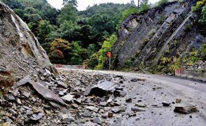 贵州盘县一山体发生岩层下滑致民房被推到,5人受困