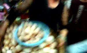 海口一女摊贩占道经营被查,用数百枚鸡蛋砸城管被行政拘留