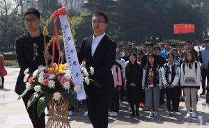 上海市民清明缅怀革命先烈,自发走进烈士陵园献花祭扫