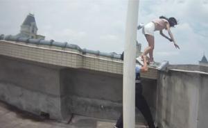 17岁少女站32楼欲轻生,摇摇欲坠瞬间民警一把将其拽回