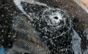 """两男子""""找乐子""""用弹弓射碎14辆车的窗玻璃,被批捕"""