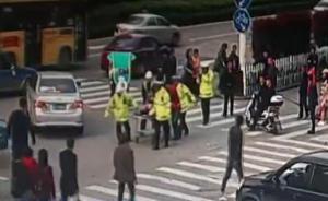 路人晕倒,多名民警推担架车送医