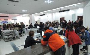 河南媒体走访郑州8单位办事大厅:市民在一交警队门外排长队
