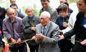 4月20日,97岁台湾抗战老兵胡定远返回四川省泸州市合江县白米镇老家,这是他77年来首次踏上故乡的土地。1940年4月,胡定远出门赶场半路被抓壮丁,从此便和家里失去联系。1981年,年逾花甲的胡定远老人和老伴完婚,在继子的陪伴下安度晚年。2016年,胡定远因肝癌手术,身体每况愈下。同年3月,老伴离世,胡定远从此便更加思念离别的亲人。2017年4月,在两岸志愿者的帮助下,最终确认到胡定远在泸州市合江县白米镇转龙湾村大石坝的亲人。图为4月20日,胡定远在父亲坟前敬香时痛哭。 中新社 图