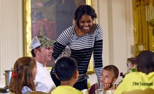"""费钱!奥巴马夫人""""向儿童肥胖宣战""""的校园健康餐计划被叫停"""