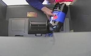 重庆一女子遭电话诈骗,还被骗子忽悠往ATM机里倒可乐
