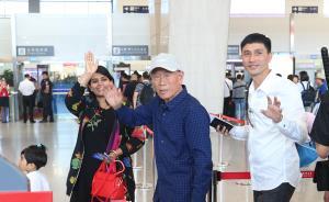 2017年5月9日,西安咸阳国际机场,在进入安检通道前,王琪老人一家和亲人们挥手告别。今年元宵节(2月11日),王琪在滞留印度54年后返回陕西老家时,引起了全国和国际媒体的关注。  东方IC 图