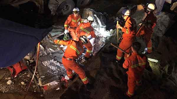 30吨沙石车侧翻压倒工棚2人被埋身亡
