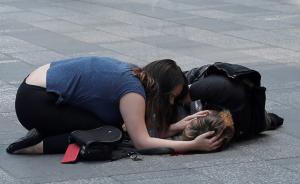 一位妇女在照顾伤者。