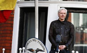 """当地时间2017年5月19日,瑞典,瑞典检方发表声明称,将停止对""""维基解密""""创始人阿桑奇长达7年的强奸案调查。图为阿桑奇出现在厄瓜多尔驻伦敦使馆的阳台上。视觉中国 图"""