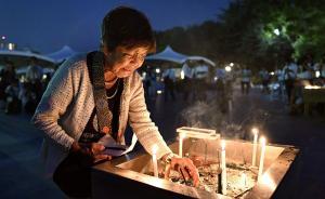 当地时间2016年8月6日,日本广岛,广岛原子弹爆炸71周年纪念日,一名老妇人在遇难者纪念碑前点燃蜡烛悼念。1945年8月6日,美国在日本广岛市投下原子弹,造成超过14万人死亡。  视觉中国图