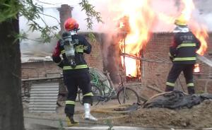 视频丨煤气罐着火,消防员打着石膏上火场