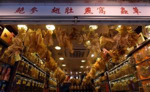 海味街是香港一条特色购物区,位于香港岛上环,是香港海味及其他相关行业的集中地。图为5月24日,香港海味街一临街商铺,鲍参、翅肚、燕窝、虫草,各种干货海货应有尽有,店铺内挂着各种野生白花胶等一级品干货,让前来选购的客人一目了然。东方IC 图