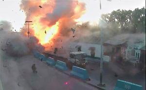 2017年5月27日消息,索马里首都摩加迪沙24日发生一起汽车爆炸袭击事件,造成至少5人死亡多人受伤。图为24日索马里警方电视台视频截图显示汽车爆炸现场。视觉中国 图