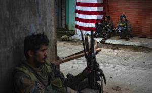 """当地时间2017年5月25日,菲律宾马拉维,菲律宾士兵与极端组织交火。据报道,5月23日,菲律宾马拉维遭到亲极端武装组织""""伊斯兰国""""的叛乱组织的攻击。当地媒体报道,多座建筑被占领,有多名人质遭到挟持。  视觉中国 图"""