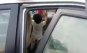 1岁幼童反锁车内1小时,民警砸窗救出