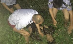 四川崇州一老人疑因突发癫痫坠河,警方寻声将其救下已脱险