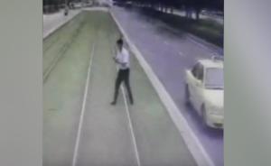 男子看手机横穿轨道,遭有轨电车撞击