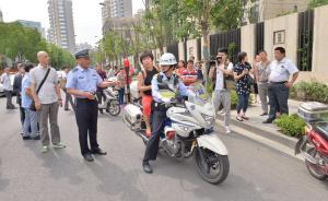 高考前一刻钟考生堵路上,上海交警十分钟内接人送到考点
