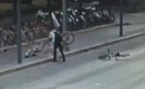 男子遭辞退后买醉把共享单车扔到马路上,造成交通拥堵被行拘
