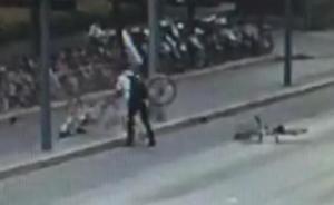 """男子在上海街头""""怒扔""""共享单车致拥堵"""