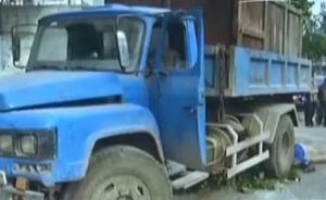 司机熄火拉手刹后货车撞死1人,无人驾驶为何自动启动?