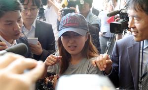 """当地时间2017年6月12日,韩国首尔,韩国""""干政门""""主要涉案人崔顺实的女儿郑维罗现身首尔中央地方检察厅,就涉嫌以不正当手段进入梨花女子大学首次接受调查。视觉中国 图"""