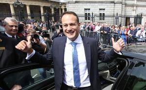 当地时间2017年6月14日,爱尔兰都柏林,爱尔兰新总理提名人选、执政的统一党党首利奥·瓦拉德卡获众议院表决当选爱尔兰总理,他是爱尔兰众议院表决产生的首位同性恋总理。视觉中国 图
