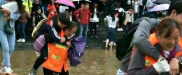 六盘水师院背学生蹚水保洁阿姨:不要误会学生,我们强行背的
