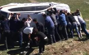青海湖畔警车失控侧翻伤员被牧民游客救出,警方:深深感谢