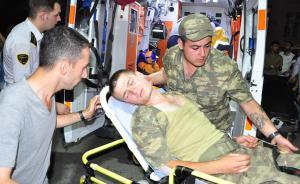 当地时间2017年6月17日,土耳其马尼萨省,在土耳其第1步兵训练大队司令部军营,590名土耳其士兵疑似食物中毒,在晚饭后出现恶心和呕吐症状,被紧急送往医院救治。土耳其警方随后逮捕了19名相关人员,其中包括为军营提供食物的餐饮公司负责人。东方IC 图
