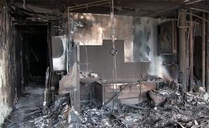 当地时间2017年6月18日,英国伦敦,发生火灾的伦费尔公寓大楼内部一户居民家,厨房、卫生间里的家具、家电等被大火烧毁。  东方IC 图