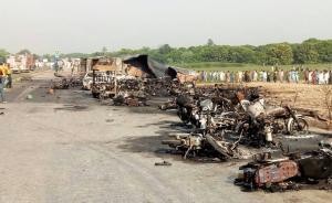 巴基斯坦油罐车大火致140死,妇女孩童收集溢出石油时爆炸