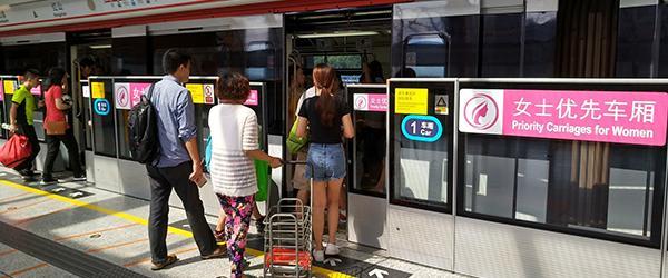 广州地铁试行女性车厢,老伯被阻后大骂:照顾女人不照顾老人