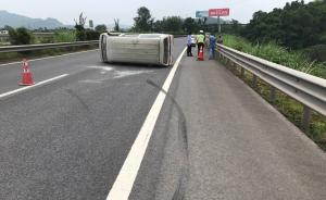 重庆面包车高速上爆胎后180度侧翻,幸无人员伤亡