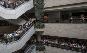 """6月29日,""""大英博物馆百物展:浓缩的世界史""""在上海博物馆隆重开幕。本次展览按照时间线索,划分为九个部分,从人类文明鸿蒙初开的时期,直到我们创造的当今世界,通过来自大英博物馆100件(组)难得一见的藏品,向人们讲述一部悠久而丰富的浓缩世界史。开幕当天,属于中国上海的第101件展品也终于揭开神秘面纱。作为大英博物馆世界巡展的第9站,此次展览免费向公众开放,展期将从6月29日持续至10月8日。视觉中国 图"""