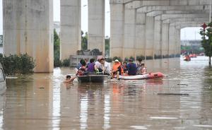 长沙数十名社区矫正人员参与抗洪抢险,帮助转移受灾群众