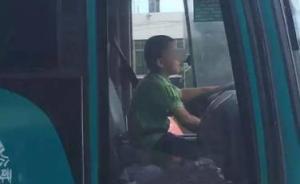 广州男孩偷开大巴半小时被警方拦截,人太小无法处罚父母带回