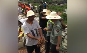 长沙抗洪:新疆志愿者羊肉串慰问官兵