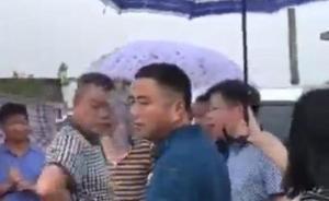 媒体刊文评干部救灾他人撑伞:官老爷作风与干部要求背道而驰