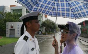 驻港部队军营开放活动日突降暴雨,香港市民主动为战士撑伞