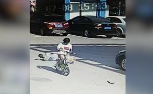 女子单手骑车载狗,撞倒脑血栓老人逃逸