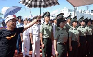 烈日下送别辽宁舰,香港市民自发为解放军撑伞