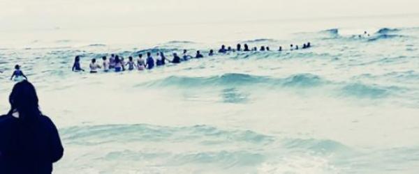 """美国巴拿马城9人被困海滩激流,游客自发搭""""人链""""成功营救"""
