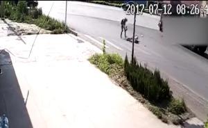 母亲载2岁女儿被卷入车底,1死1伤