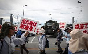 当地时间2017年7月13日,日本冲绳,当地民众在施瓦布军营前举行反美游行,抗议美军在名护设立新的海军基地。视觉中国 图