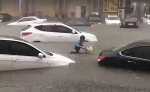 沈阳暴雨袭城,路面坍塌私家车掉深坑