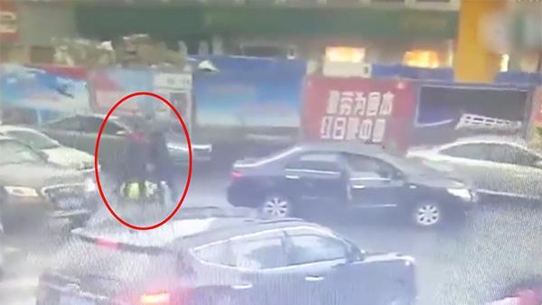 合肥一违法车主殴打取证协警致其头部受伤