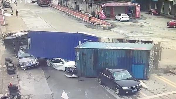货车侧翻冲向车群,压扁两辆等红灯轿车