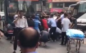 女子被公交车撞击,众人抬车送医后身亡